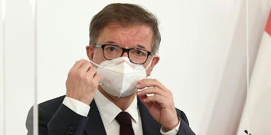 Grüne-Gesundheitsminister Rudolf Anschober erklärt, worauf beim Tragen einer FFP2-Maske zu achten ist