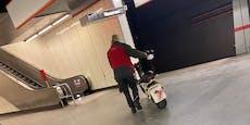 Mann nutzt U-Bahn, um E-Moped in Wien zu transportieren