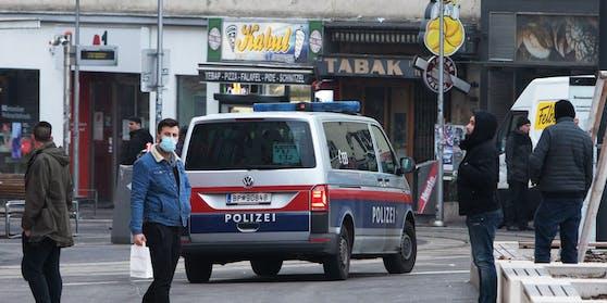 Polizeieinsatz am Reumannplatz (Archivfoto). Die Exekutive soll ab 8. Februar auch beim Friseur kontrollieren.