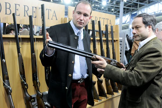 Der italienische Faustfeuerwaffenhersteller Beretta kauft den britischen Waffenproduzenten und Bekleidungshändler Holland&Holland.