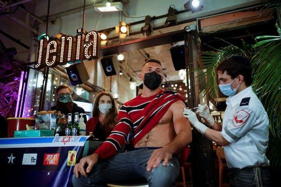 In dieser Bar in Tel Aviv bekommt jeder, der sich impfen lässt, einen Gratis-Drink dazu.