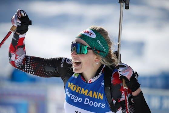 Biathlon-Star Lisa Hauser jubelt über ihren Sieg.