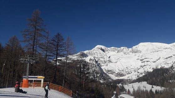 Bei einer Skitour auf das Warscheneck wurde ein Skisportler von einer Lawine erfasst und stürzte 150 Meter ab. Er war sofort tot.