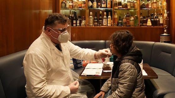 """In seiner City-Bar """"Dino's Apothecary"""" bietet der gelernte Apotheker Heinz Kaiser nun Corona-Tests an."""