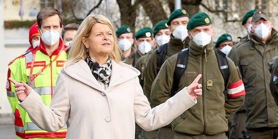 Verteidigungsministerin Klaudia Tanner mit Soldaten des Bundesheers und Sanitätern bei der Stadthalle Wien