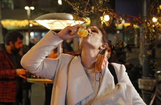 Eine Frau gönnt sich ein Glas Alkohol nach ihrer Corona-Impfung in Tel Aviv, Israel, am 18. Februar 2021