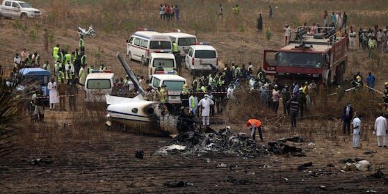 Rettungskräfte im Einsatz bei dem Militärflugzeug-Absturz in Nigeria.