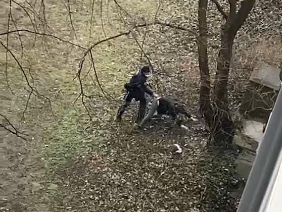 Der Mann stieg aus dem Auto und flüchtete zu Fuß.