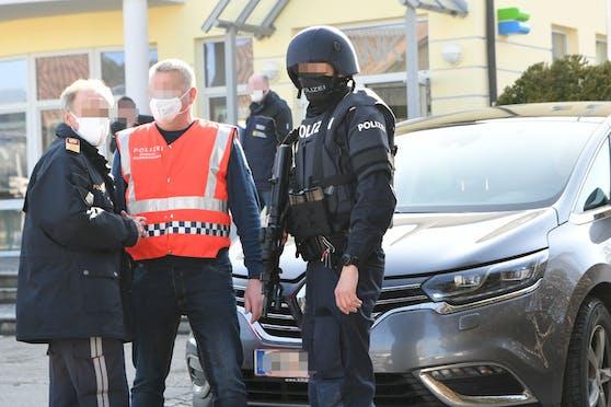 Beamte der Cobra fassten den Täter in Taufkirchen an der Pram. Im Bild: Der Einsatz direkt nach der Tat.
