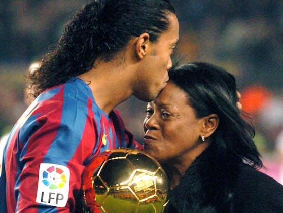 Ronaldinho Gaucho freut sich 2005 mit seiner Mutter Miguelina Elói Assis dos Santos über den Goldenen Ball.
