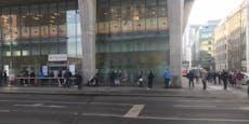 Hunderte Wiener stehen vor Finanzamt in der Schlange