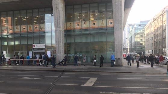 Riesige Schlange vor dem Finanzamt in Wien-Mitte