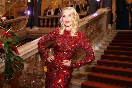 Im Video zeigt sich TV-Moderatorin Silvia Schneider im Abendkleid im Linzer Palais Kaufmännischer Verein.