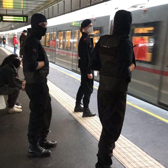 Maskenmänner in der Wiener U-Bahn