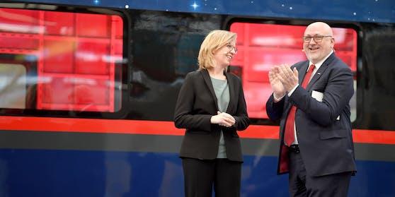 Leonore Gewessler und Andreas Matthä präsentieren den Liege-Abteil im neuen, blauen Nightjet.