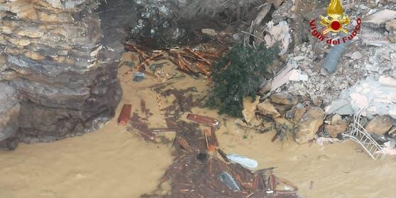 Im italienischen Fischerdorf  Camogli treiben nach einem Erdrutsch 200 Särge im Meer.