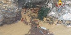 Erdrutsch reißt Friedhof mit sich – 200 Särge im Meer