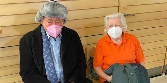 Richard Lugner hat bei der Impfung Bekanntschaft mit einer Dame gemacht – sie ist nur einen Tag jünger als er.