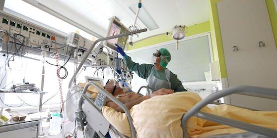 Ein Corona-Patient wird auf einer Intensivstation im Spital von Tulln behandelt. (Archivfoto)