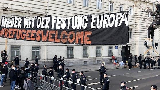 """""""Refugees welcome"""": Demonstranten blockieren die Roßauer Lände in Wien."""