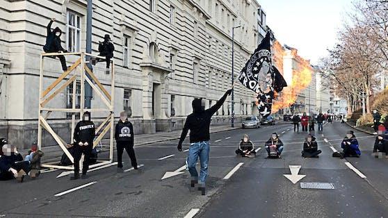 Demonstranten blockieren die Straße.