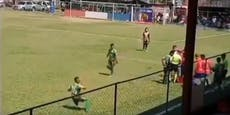 Schwalbe: Fußballer wirft sich selbst Stein an den Kopf