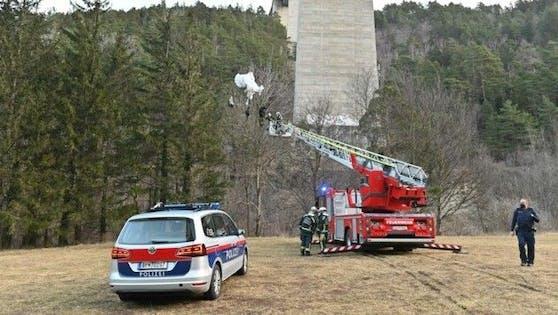 Die Feuerwehr holte den Basejumper vom Baum.
