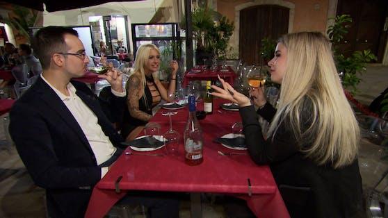 """Bella und Martina wollen den Tastfreude ihres letzten """"Tinderreisen""""-Dates Fabrizio auf die Probe stellen."""