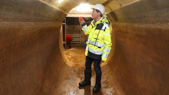 Umweltstadtrat Jürgen Czernohorszky (SPÖ) inspiziert eine der Hauptwasserleitungen.