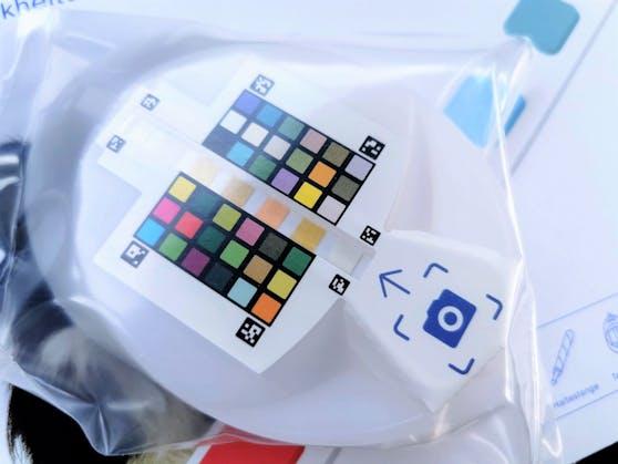 So sieht die Urinschale mit dem Farbcode zum Testen aus.