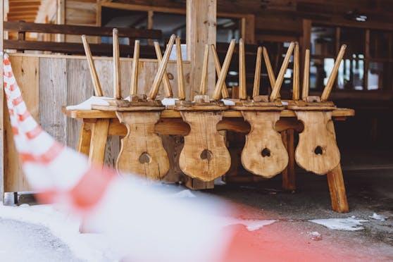 Stühle auf einem Tisch von einer geschlossenen Apres Ski Bar in Kaprun, 18. Jänner 2021. Symbolbild