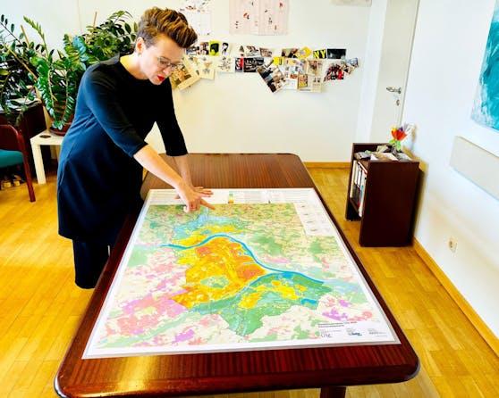 Die zuständige Stadträtin Eva Schobesberger (Grüne) mit der neuen Karte.