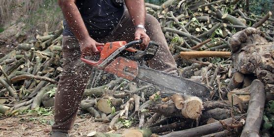 Der Mann führte Forstarbeiten mit einer Kettensäge durch.