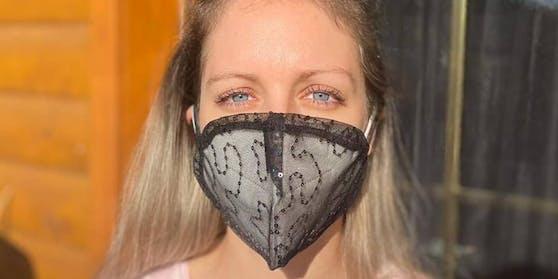 Lucia Guggenberger trägt Masken aus Ballkleidern.