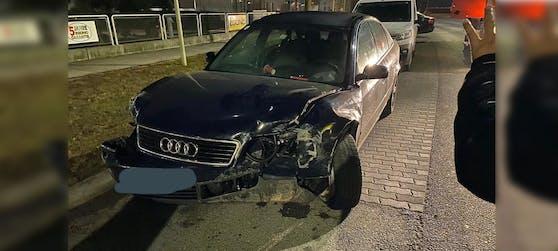 Der Audi A6 knallte gegen eine Leitplanke.