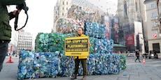Aktivisten errichten riesen Müllberg in der Wiener City