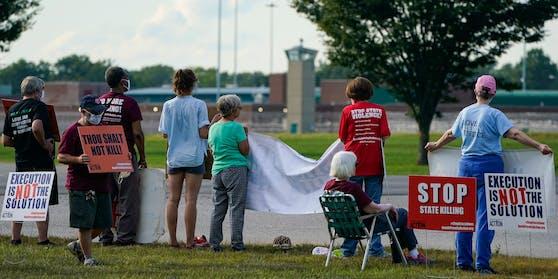 Personen demonstrieren vor einem US-Gefängnis gegen die Todesstrafe