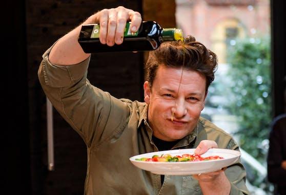 Einer der wohl bekanntesten Fernsehköche ist Jamie Oliver. Er kocht seit dem Jahr 1999 öffentlich.