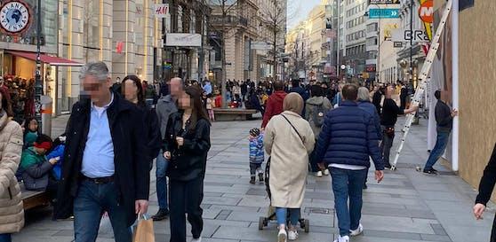 Zahlreiche Wiener flanierten über die Kärntnerstraße.