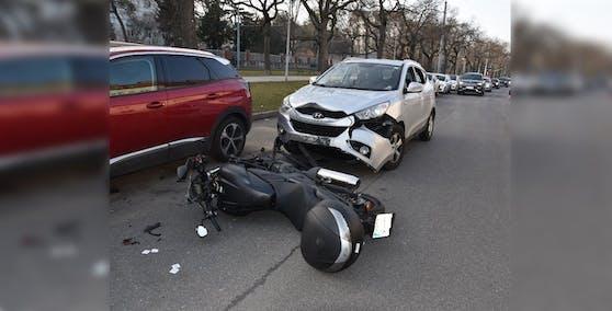 Die Motorradlenkerin krachte in das Auto einer 52-Jährigen.