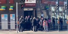 Kein Abstand? Menschen drängen vor Wiener Bank-Filiale