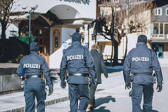(Echte) Polizisten bei Corona-Kontrollen.
