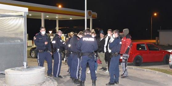 Am Freitagabend (26.02.2021) löste die Polizei in Traiskirchen einen Tankstellen-Treff auf.