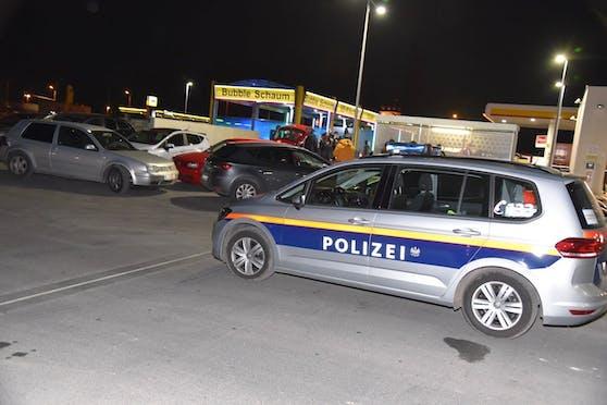 Die Beamten versperrten die Zu- und Abfahrt zur Tankstelle.