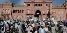 """Tausende gehen gegen """"VIP-Impfungen"""" auf die Straße"""