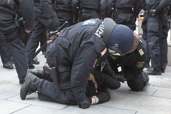 Polizei-Einsatz gegen Demonstranten - hier ein Archivfoto.