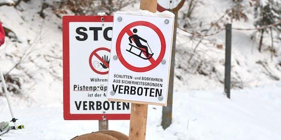 Aus bislang ungeklärter Ursache gerieten jedoch alle drei Familienmitglieder von der Rodelbahn auf die durch Hinweisschilder und Verbotsschilder für Rodler gekennzeichnete Skipiste.