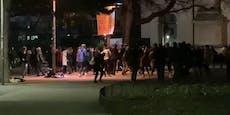 Wiener tanzen bei legalem Demo-Rave am Karlsplatz