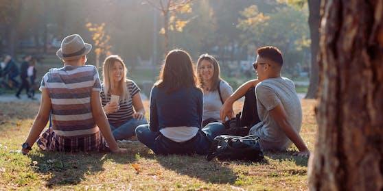 Der Anteil der Jüngeren, die sich mit Corona infizieren, wächst.