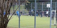 Wiener kicken trotz Corona-Lockdown in Fußballkäfig